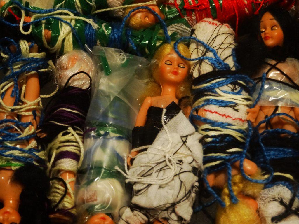 Werk einer Künstlerin, deren Namen ich vergessen habe. Barbiepuppem mit Bändern umwickelt, eingeschnürt, manche wie eine Mumie in Stoff gepackt.